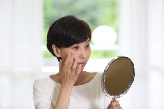 お化粧のときだけじゃない「鏡」を見ることの効用!(写真はイメージ)