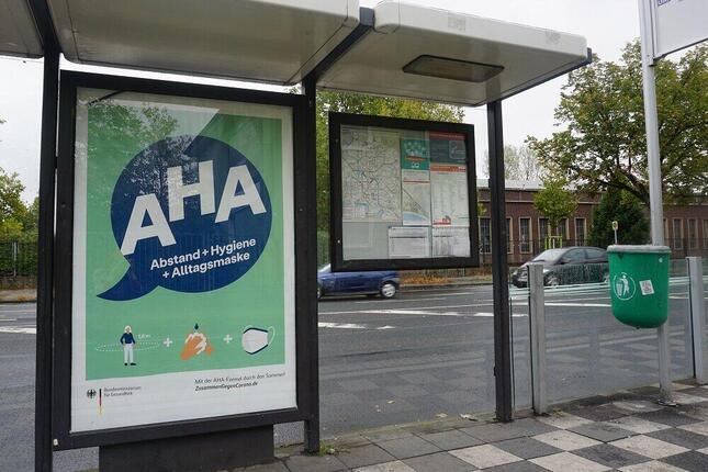 トラムの停留所に貼られたドイツ連邦保健省のポスター(筆者撮影)