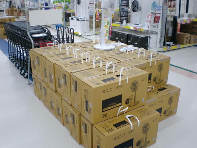 タックハンドルがついた家電の段ボール箱(写真は、ブランド名など一部加工)