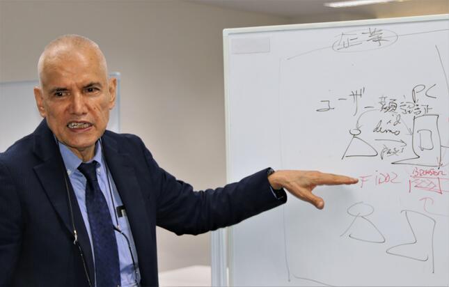ホワイトボードを使ってCloudGate UNOの仕組みを詳しく説明するメンデス社長