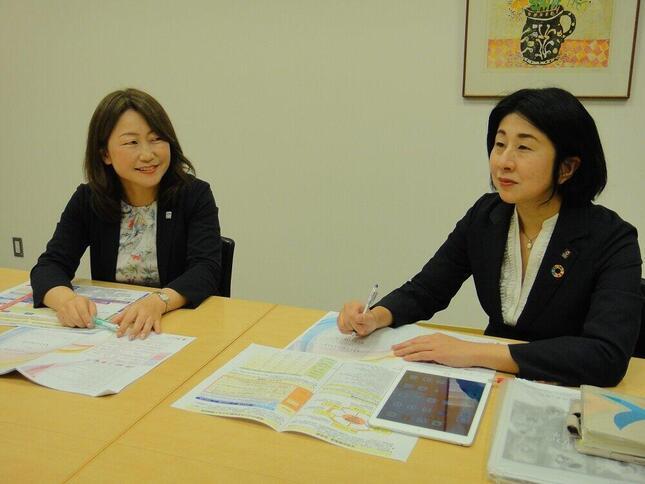 損害保険ジャパン 人事部D&Iチームリーダーの吉池玲子さん(左)と、「育児と仕事の両立」の体験を話すコンプライアンス室特命部長の藤中麻里子さん