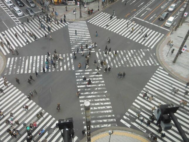 斜めに進むか、タテヨコに進むか…人生の方向も人それぞれ