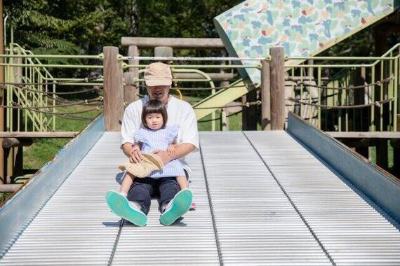 育児休暇中の子供たちとの出会いを楽しむ男性(写真はイメージ)