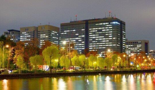 残業の明かりが灯る霞が関官庁街