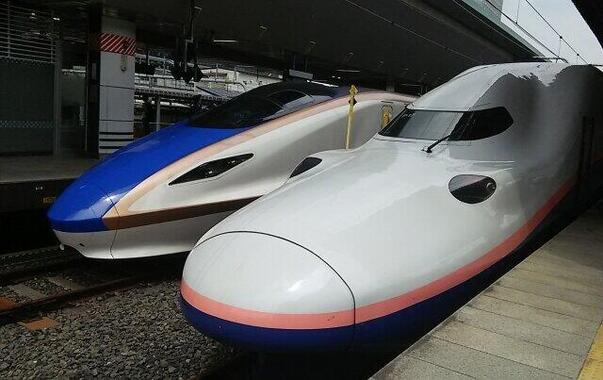 JR東日本の北陸新幹線(左)と上越新幹線
