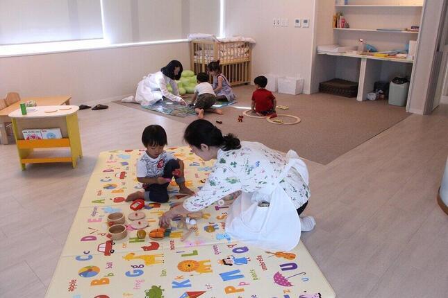 育児中の社員が安心して働ける(写真は、社員の研修中に子どもを預かるベビーサロンの様子)