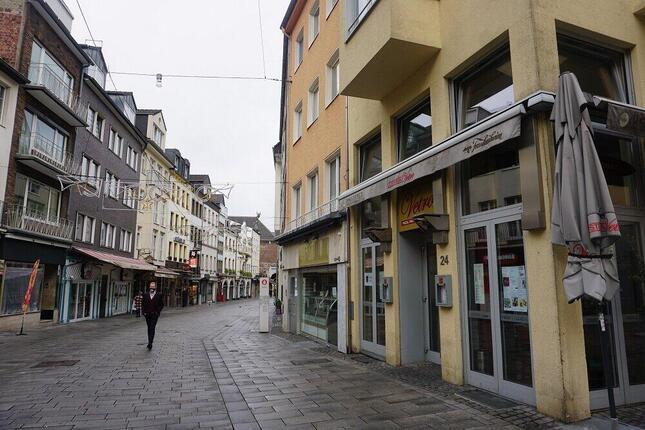 多くの店が閉まって人通りの減った目抜き通り。食料品や生活必需品を販売する店舗以外の商店は閉鎖。飲食店はデリバリーか持ち帰りサービスのみ可能なので、営業しない店舗も多い。(筆者撮影)