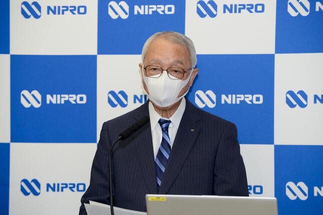オンライン会見であいさつするニプロの佐野嘉彦社長