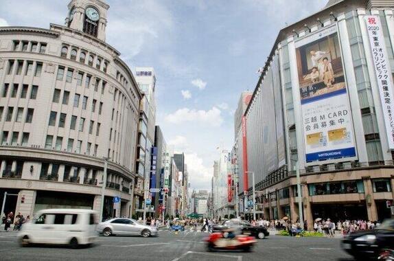 東京・銀座には高級ブランド品を扱う店がいっぱい(写真は、銀座4丁目交差点)
