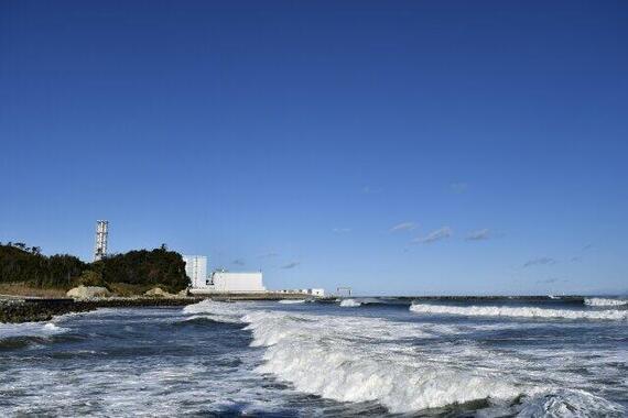 海岸から見た原子力発電所