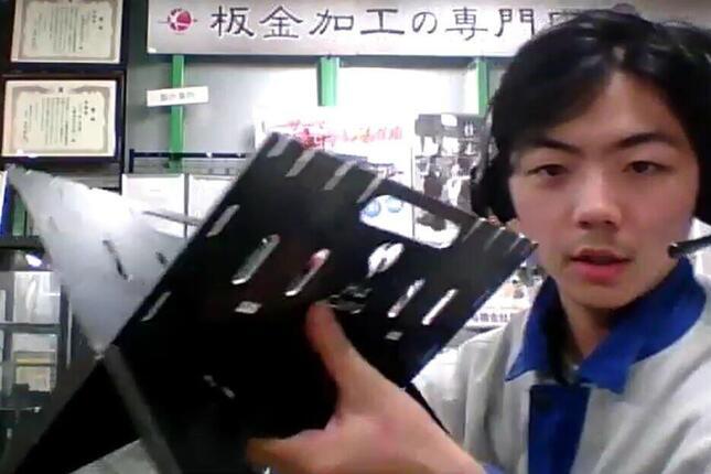 「Firebase」を手に持つ松井勇樹さん(画像はZoomのスクリーンショット)