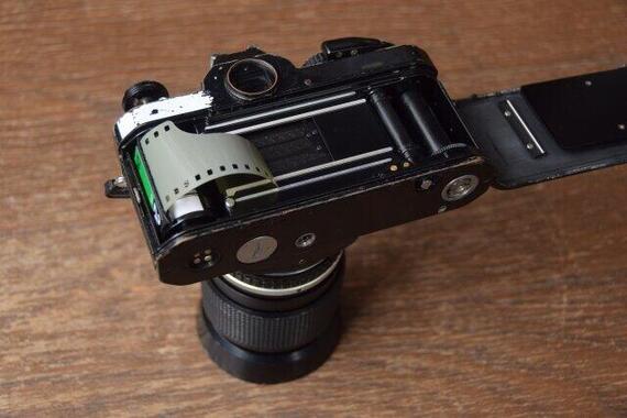 写真フィルムを使うカメラはデジタルに、そしてスマホに……(写真はイメージ)