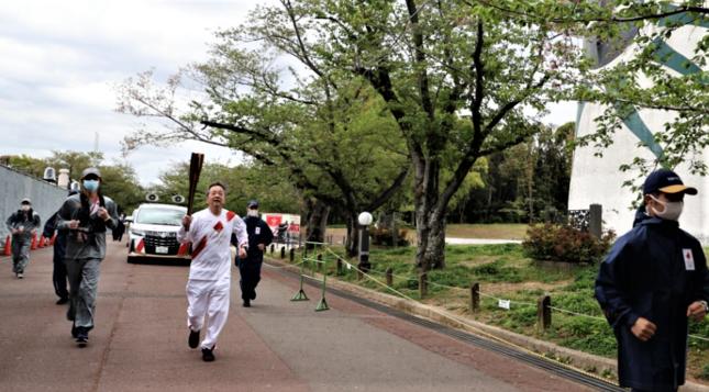 無観客の万博公園を走る大阪府の聖火リレー(五輪組織委公式サイトより)
