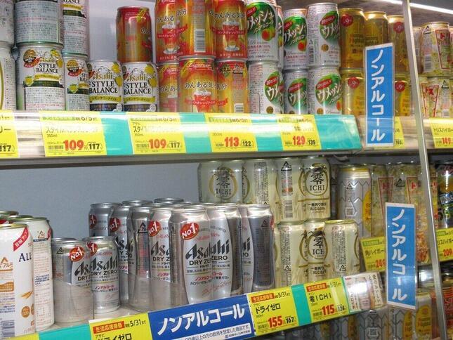世界中で「低アル」「ノンアル」ビールが人気(写真は「ノンアルコールビール」の陳列棚)