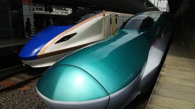 年間250日、北海道・東北新幹線が鮮魚や駅弁を運ぶ(写真右が東北新幹線。左は北陸新幹線)