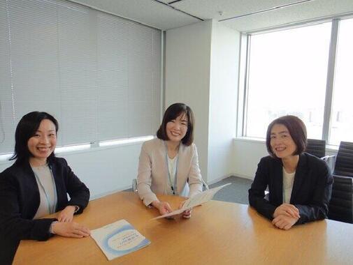 右から、シミック経営管理本部長の金丸恭子さん、経営管理本部の野田早紀さん、臨床事業本部の今村摩耶さん