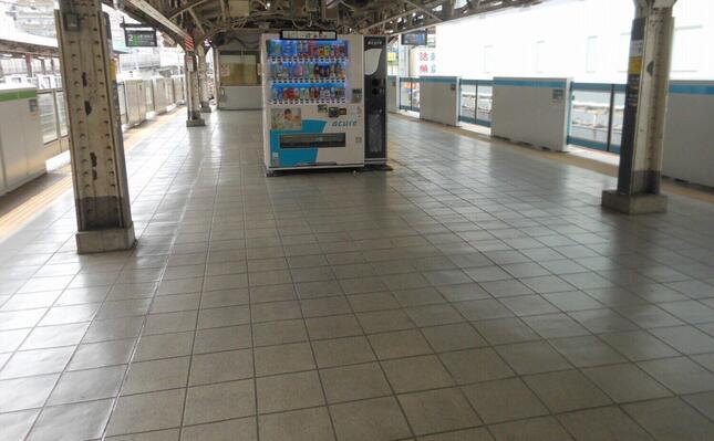 最初の緊急事態宣言時にはテレワークが浸透。駅のホームから人影が消えたことも……
