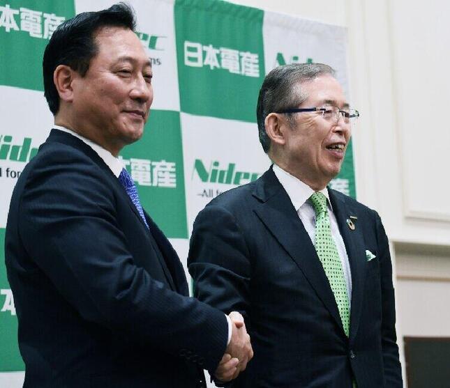 「がっちり握手」新たに社長兼CEOに就く関潤氏(左)と、右が会長の永守重信氏(写真は、日本電産のホームページより)