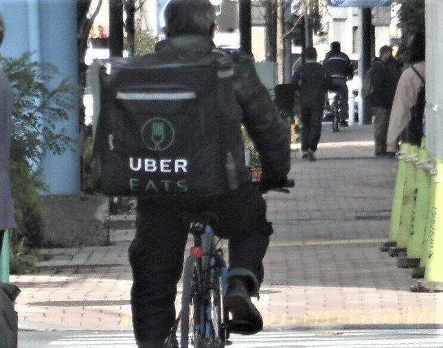 街ではデリバリーサービス業者のバッグを背に走る姿が増えている
