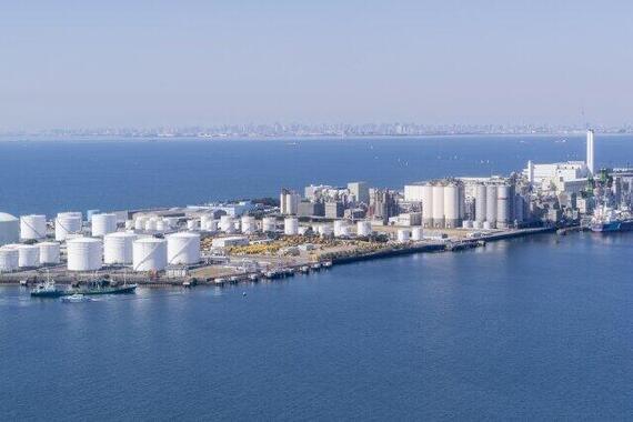 工場や貯蔵タンクが立ち並ぶ東京湾(写真はイメージ)