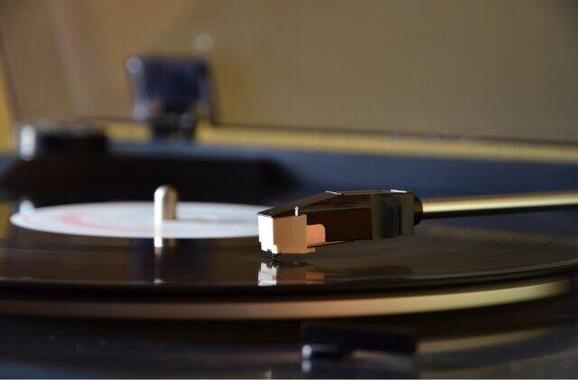 昭和の時代はレコードに針を落として音楽を聴いていた(写真はイメージ)
