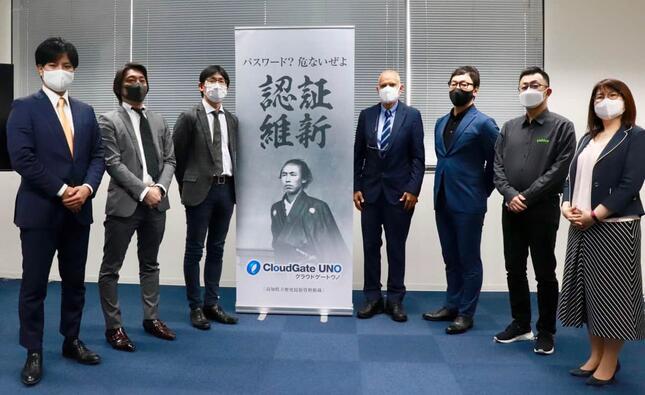 オンラインで行われたISRの発表会。「認証維新」の幕の右がメンデス・ラウル社長、左がプロダクトマネジメント部の柴田部長
