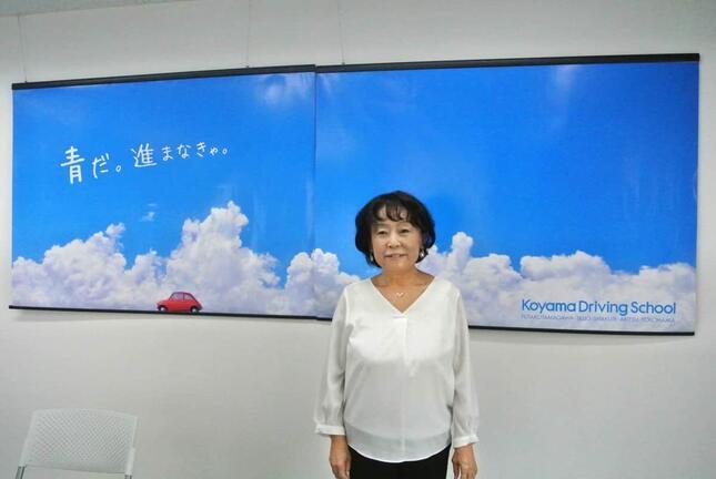 定評のある背景の駅貼り広告も長井和子さんのディレクションによるもの