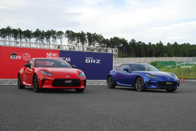いずれも新型のトヨタGR86(左)とスバルBRZ=千葉県の袖ケ浦フォレストレースウェイで