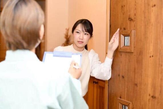 「ピンポ~ン」の呼び鈴に扉を開けると……