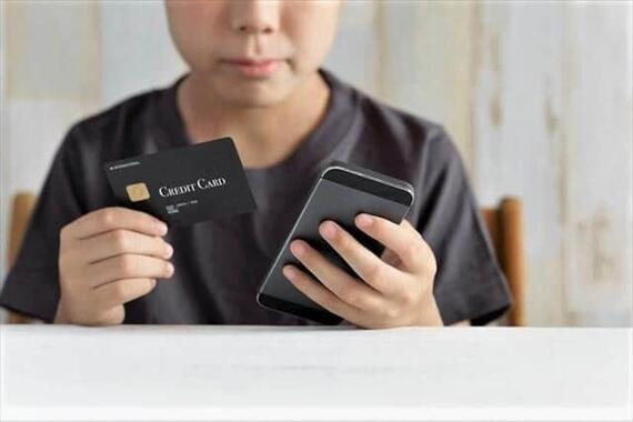 親のクレジットカードで課金する子ども(写真はイメージ)