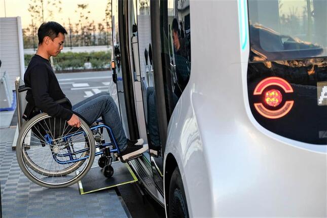 「eパレット」に乗り込む車いすの人(トヨタ自動車の公式サイトより)