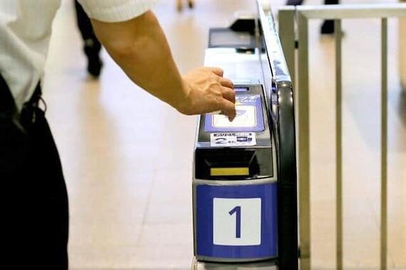 改札口を通勤定期で通過する乗客