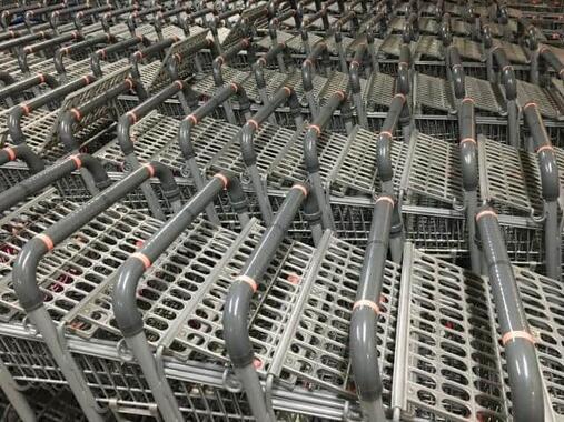 ズラリと並ぶショッピングカート(写真はイメージ)