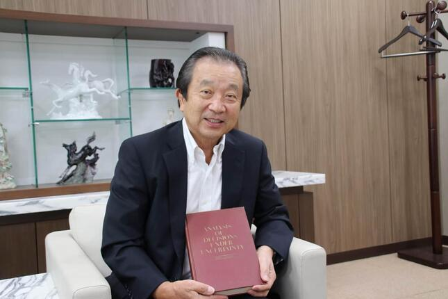 長谷川香料の海野隆雄社長は「今ではなくてはならない一冊」と、留学当時のバインダーといっしょに見せてくれた「ANALYSIS OF DECISIONS UNDER UNCERTAINTY」