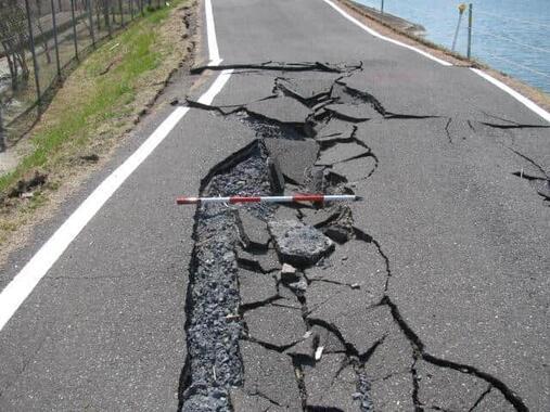 関東地方には「地震の巣」がある!(写真は、地震で破損した道路)