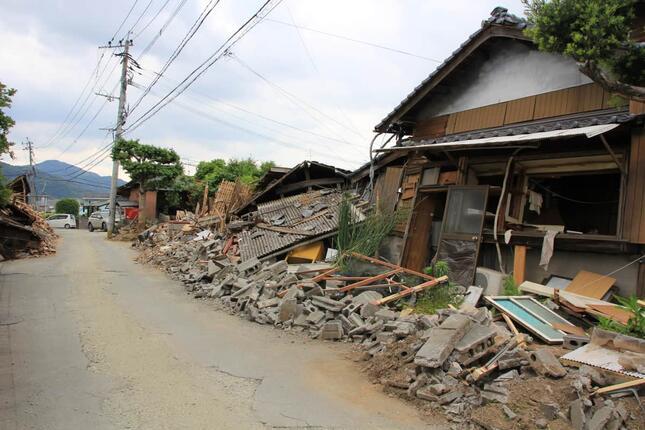 地震で押しつぶされた家屋(写真は、2016年4月に起こった熊本地震)