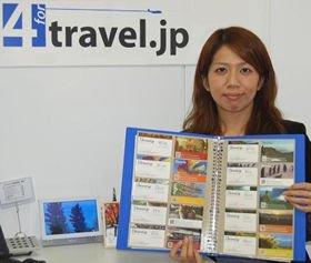 スタッフの「旅行名刺」を手にするフォートラベル広報担当の矢野智美さん