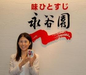 「生姜おこげ」を手にする山田さんも生姜部メンバーだ