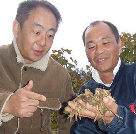セレン社長の三輪(右)が語る「土の話」に興味しんしんの西田