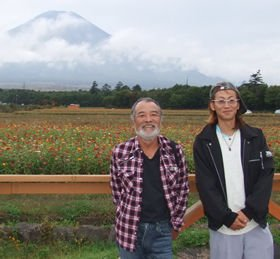 富士山の麓の山中湖村花の都公園でぶどうを作る鈴木勝久くん(右)。隣は三輪とともに宮崎から訪れた農業家の小林秀一さん