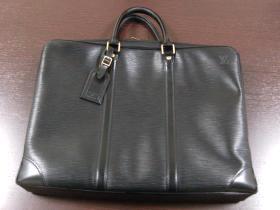 お気に入りのバッグと一緒なら、辛い通勤も乗り切れます(野崎)
