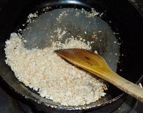 パン粉をカラカラに炒るのがポイント!