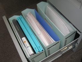 書類を保管するファイルBOX。案件が一区切りしたら、ファイルにとじてキャビネットに格納します。