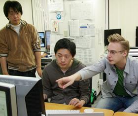 異なる国のスタッフたちが英語で会話しながら、開発を進めていく
