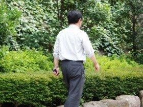 昼休みに散歩するのが日課のおじさん