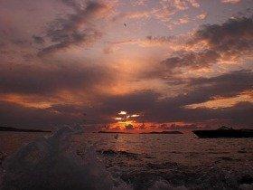 海辺まで降りて水しぶきとコラボした夕焼け