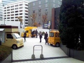 日替わりで移動販売車が集まる「ネオ屋台村」(東京・麹町)