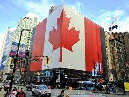ダウンタウンでは巨大なカナダ国旗が目を引く
