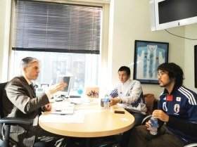 米メジャーリーグサッカーのネルソン・ロドリゲス氏(左)「サッカーはビジネスだ。日本は競技としてのサッカーにパワーを割きすぎている」