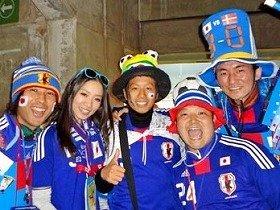 日本代表・長友選手のお姉さんらと勝利を祝う